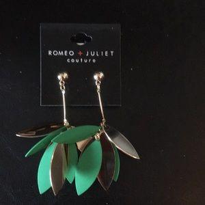 Romeo & Juliet Gold & Kelly Green Drop Bar & Flora